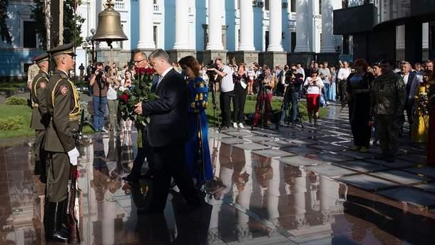 Порошенко не пришел на Марш достоинства, а молился в Софии Киевской