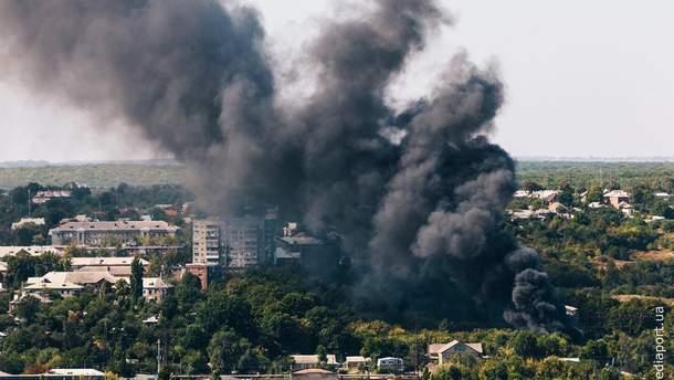 У Харкові спалахнула масштабна пожежа на складах: фото і відео
