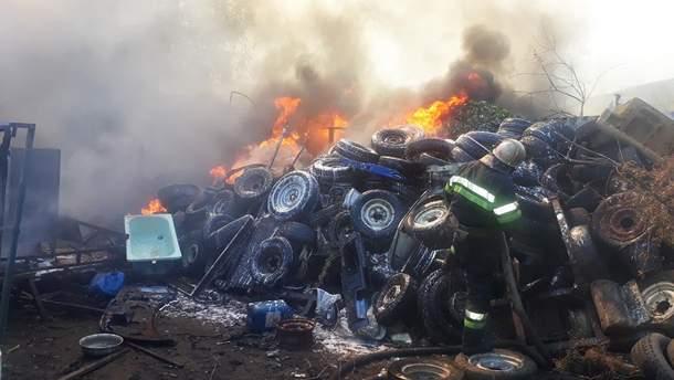 Масштабну пожежу в Харкові загасили: це горіли покришки, фото