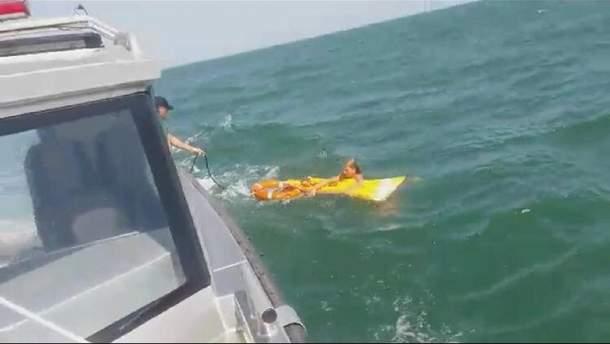 На Херсонщине водные полицейские спасли девушку, которую на матрасе унесло вглубь моря