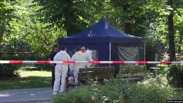 Німецькі слідчі обшуковують місце, де був застрелений Зелімхан Хангошвілі