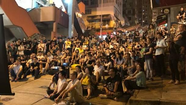 """Мешканці Гонконгу переглядають фільм """"Зима у вогні"""""""
