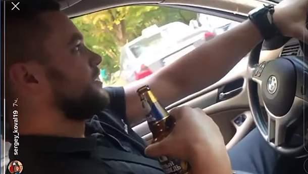 В Одессе полицейский катался за рулем с бутылкой в руке