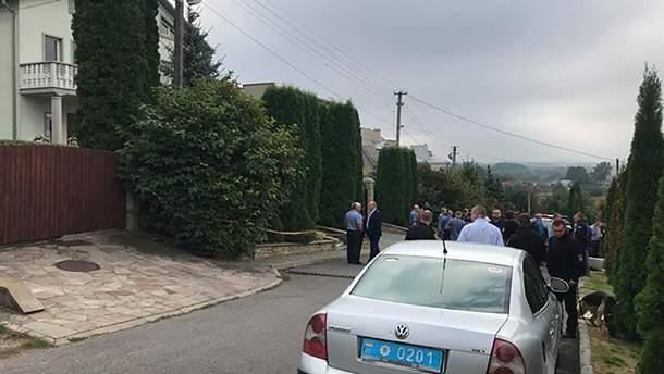 Толпа возле места попытки подрыва ректора в Тернополе