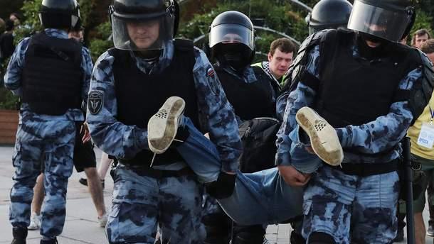 Участника протеста в Москве приговорили к трем годам за прикосновение к шлему росгвардейца