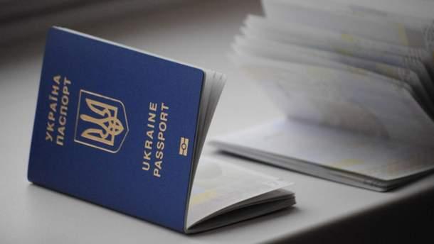 НБУ разрешил банкирам обслуживать украинцев по загранпаспортам