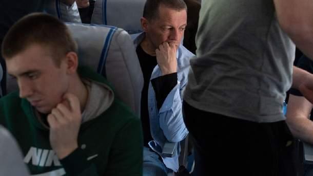 Роман Сущенко в самолете с другими пленниками Кремля