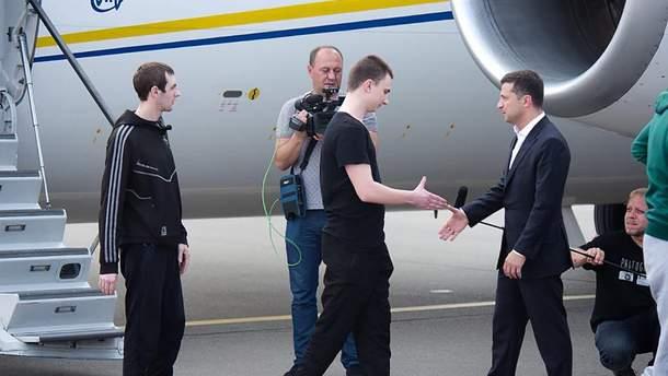 Освобожденный из плена моряк Вячеслав Зинченко здоровается с президентом Владимиром Зеленским