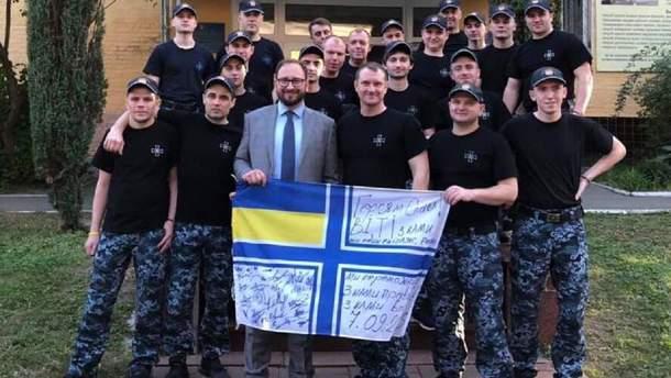Освобожденные моряки собрали деньги для активиста, который ранее им помогал
