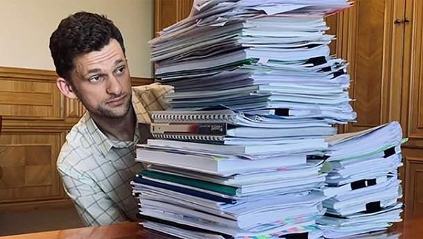 Міністр показав, скільки паперу в Кабміні