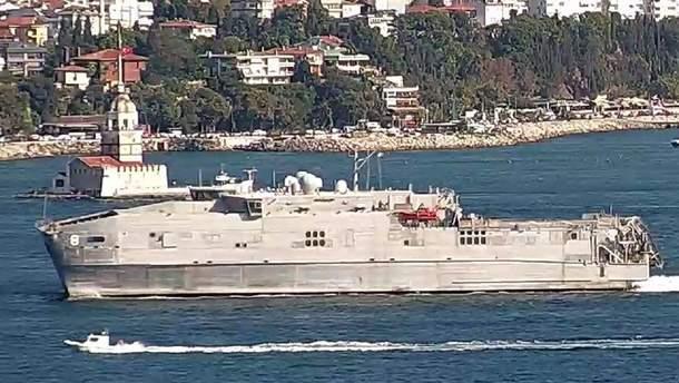 Американський військовий корабель USNS Yuma у Босфорі