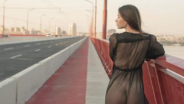 Суперечка Зеленського змусила модель оголитися на Новому мосту в Дніпрі: пікантне фото