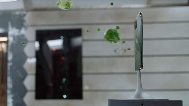 Бросали еду, косметику и игрушки: iPhone 11 Pro забавно прорекламировали