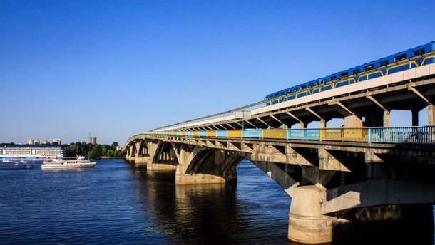 В Киеве мужчина угрожает все подорвать: перекрыли мост и частично не работает метро