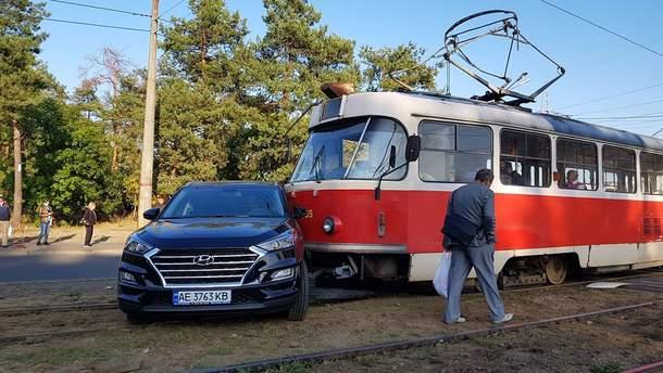 У Києві авто врізалося в трамвай