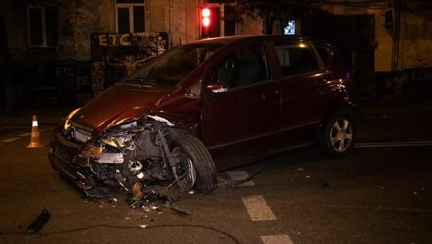 В Киеве пьяная водительница влетела в другое авто и врезалась в магазин