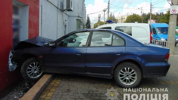 В Черновцах пьяный водитель врезался в дом и устроил стрельбу