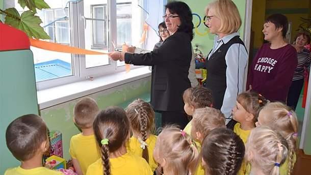 У Росії в Комі чиновники урочисто відкрили нові вікна та балконні двері у дитсадку