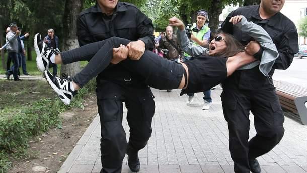 Полиция жестоко задержала более 70 человек