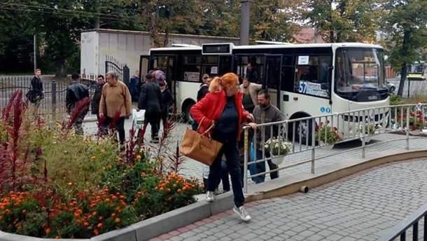 У Львові знову пустили безкоштовний автобус, який возить безхатьків митися