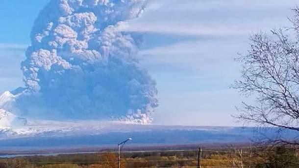 Вулкан Шивелуч на Камчатці викинув стовп попелу – відео 02.10.2019