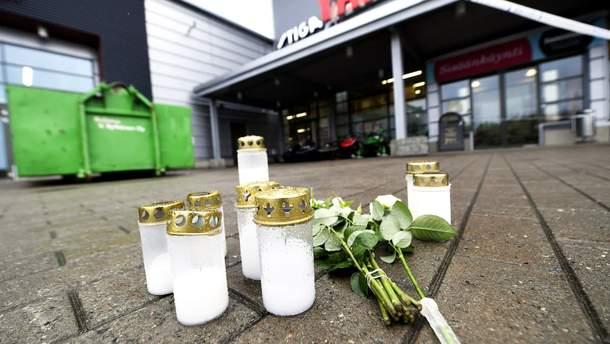 Люди несут цветы на место трагедии