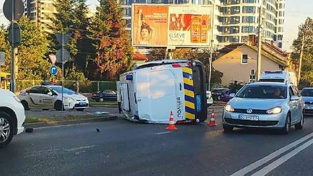 Полицейское авто перевернулось после ДТП во Львове