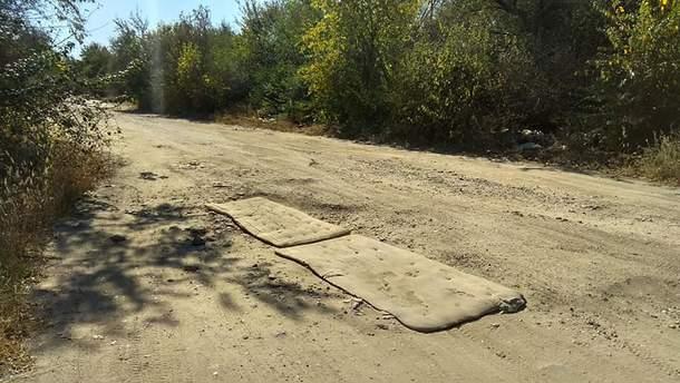 На Миколаївщині дорогу залатали старими матрацами