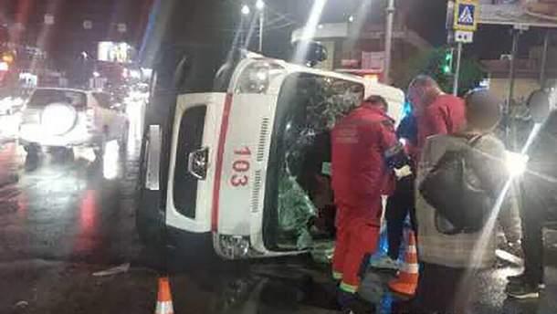 У Харкові швидка зіткнулася з легковим автомобілем: троє людей постраждали
