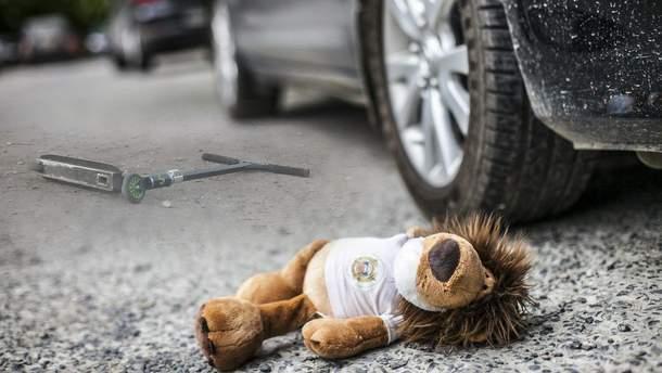 Маршрутка в Києві наїхала на дитину на самокаті