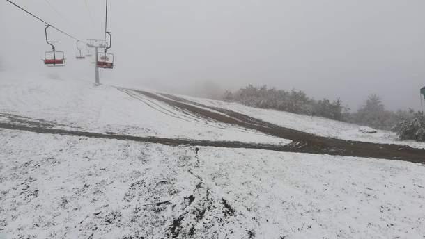 На горнолыжных курортах лежит снег