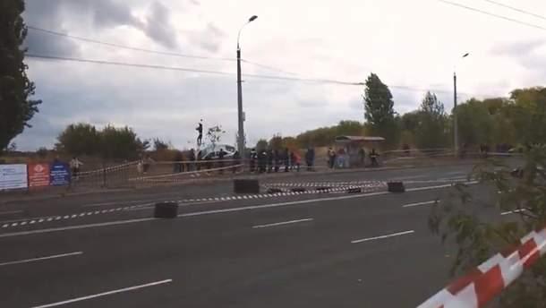 Автомобиль сбил человека на гонках в Черкассах