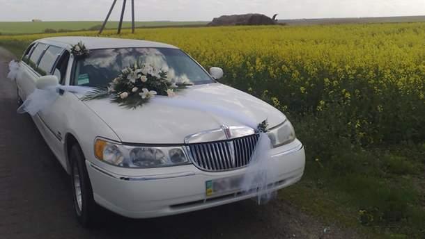 Лимузин застрял в грязи на футбольном поле в Харькове