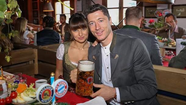 """Футболісти """"Баварії"""" з великими келихами пива святкують """"Октоберфест"""": яскраві фото"""