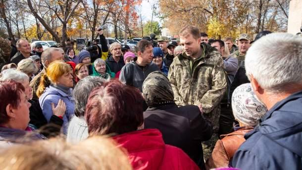 Загороднюк во время разговора с местными жителями