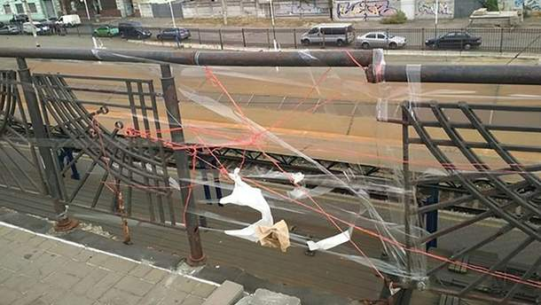 """""""Відремонтована"""" нитками і скотчем огорожа мосту в Києві"""