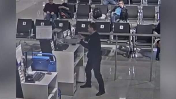 """У московському """"Шереметьєво"""" пасажир влаштував погром: причина – чоловік запізнився на літак"""
