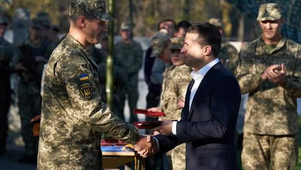 Зеленский уволил экс-министра обороны из армии с правом носить форму