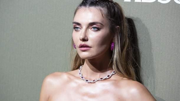 Полуобнаженная модель Алина Байкова показала фото на золотом унитазе: 18+