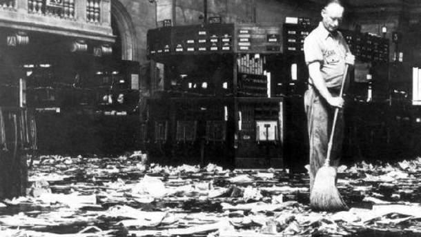 Уборщик подметает пол Нью-йоркской биржи, октябрь 1929 года, США