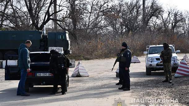 Правоохоронці патрулюють територію в районі Золотого