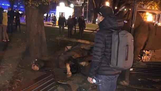 У Львові налякані петардою коні знесли лавку та важко травмували 15-річну дівчину