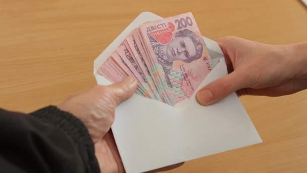Уряд вирішив перевести зарплати держслужбовцям у безготівкову форму
