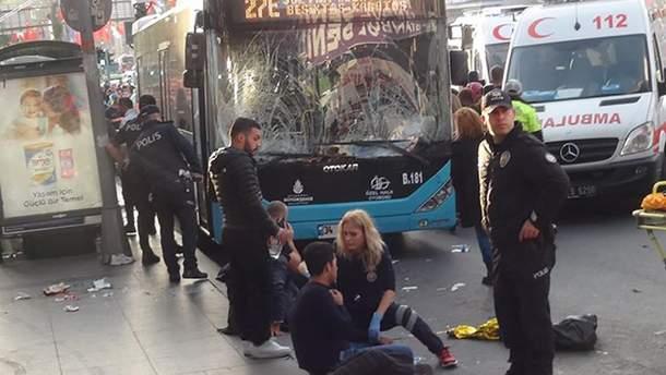 Водитель автобуса въехал в остановку общественного транспорта в Стамбуле