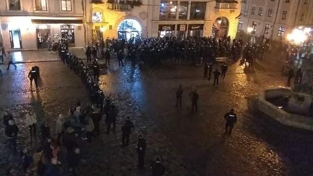 Болельщики и полиция в центре Львова