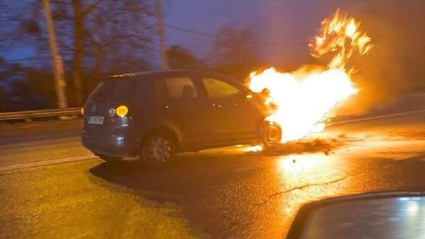Автомобіль загорівся просто посеред дороги у Києві