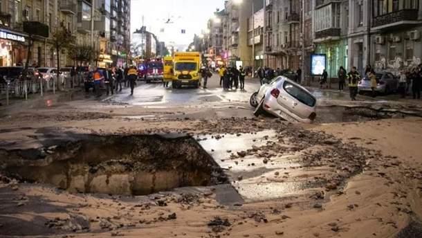 На перехресті Сакаганського та Шота Руставелі у Києві внаслідок прориву труби під асфальт провалилася машина