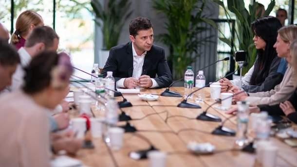 Зеленский поручил правительству разработать общий стандарт новостей для СМИ