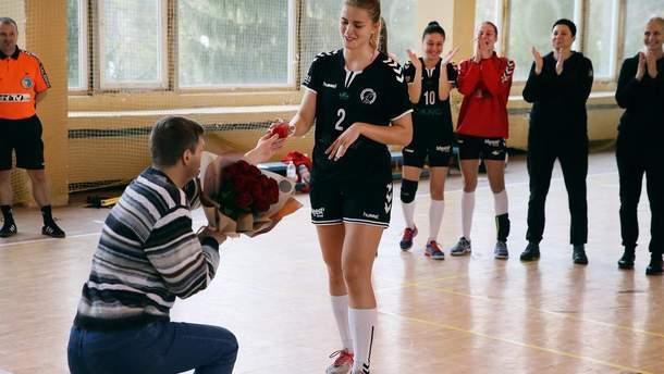 Гандболістка збірної України отримала пропозицію одружитися відразу після матчу: милі фото