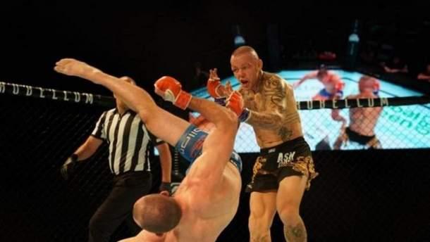 """Боец ММА уложил ветерана UFC в глубокий нокаут ударом """"грохот грома"""": видео"""